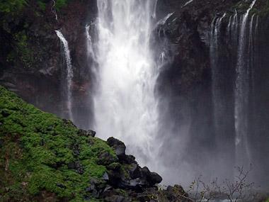 華厳の滝アップ