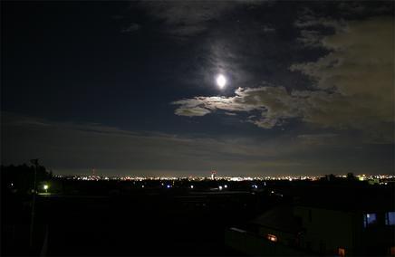 月と夜空、さらに夜景